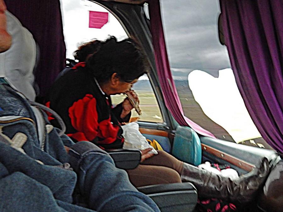 Peru | Lecker Meerschwein im Bus von Arequipa nach Cusco. Unsere Busnachbarin nagt ein gegrilltes Meerschweinchen ab
