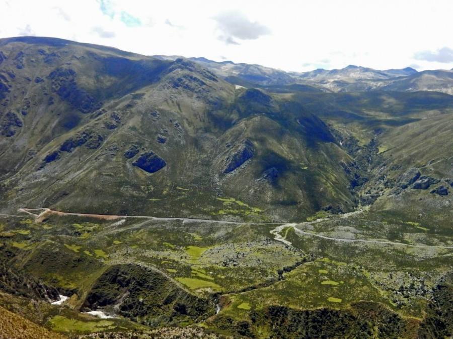 Peru | Der Abancay Pass auf dem Weg von Cusco nach Ica mit dem Bus. Blick auf die Berge und ein Tal