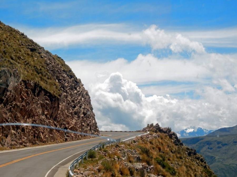 Peru | Mit dem Bus von Cusco über Abancay nach Ica durch sensationelles Anden-Panorama. Blick aus dem Bus auf eine Serpentinen-Straße mit Blick auf schneebedeckte Berge