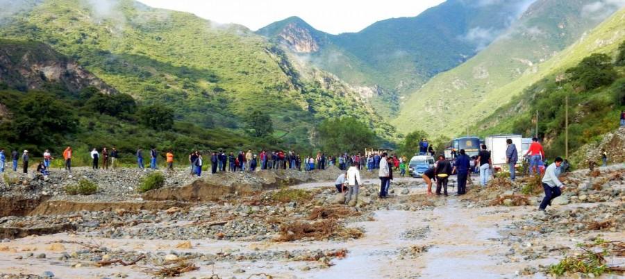 Peru | Bis der Hilfstrupp morgens kam, versuchten die Wartenden mit bloßen Händen die Gesteinsbrocken nach dem Erdrutsch auf der Strecke von CUsco nach Ica von der Straße zu räumen
