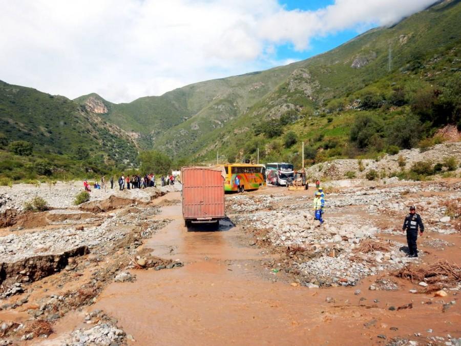 Peru | Nach der Straßensperrung geht es langsam weiter. Blick auf den Erdrutsch und die überflutete Straße auf dem Weg von Cusco über Abancay bis Ica