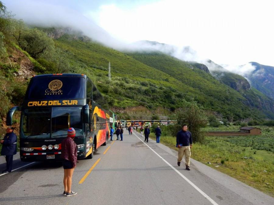 Peru | Auf der Fahrt mit dem Bus von Cusco über Abancay nach Ica standen wir 12 Stunden in einer Straßensperrung wegen eines Erdrutsches . Blick auf die Busschlange inmitten grüner Berge unser Cruz del Sur Bus ganz vorne