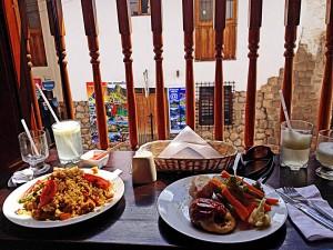 Peru | Mittagessen im Blue Alpaca Restaurant in Cusco: Lomo Saltado (rechts) und Arroz con Pollo (links)