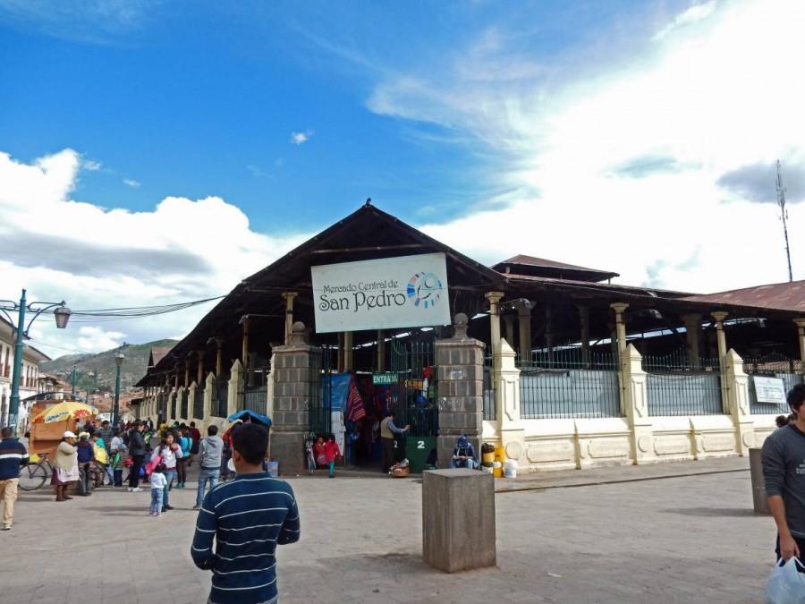 Peru | Eingang zum Markt El Mercado San Pedro Markt in Cuzco. Blick von Außen auf das Gebäude der Markthalle