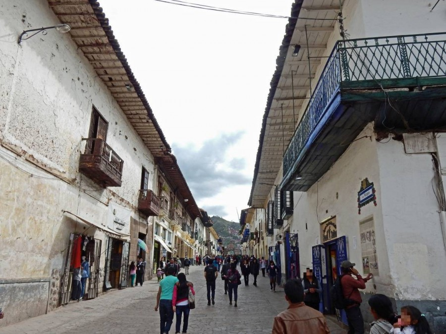 Peru | Typische Gasse in Cuzco in der Nähe des Plaza de Armas. Blick in eine Nebenstraße mir zahlreichen Shops und schlendernden Touristen