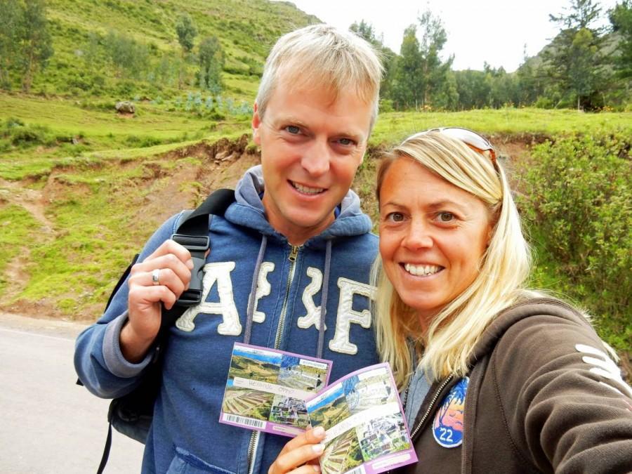 Peru | Für den Eintritt in die Ruinen des Heiliges Tals brauchst Du das Boleto Touristico, Touristenticket. Karin und Henning mit dem Ticket in der Hand als Selfie nach dem Kauf des Tickets bei den Ruinen von Pisac