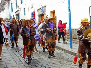 Peru | Brauchtum bei einer Hochzeit in Cuzco. Verkleidete Männer und Frauen ziehen singend und tanzend durch die Gassen