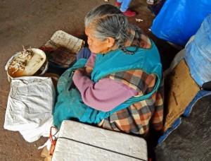 Peru | Was auch immer diese Frau auf dem Markt El Mercado in Cuzco verkauft. Eine Frau sitzt auf dem Boden vor etwas das aussieht wie tote Frösche