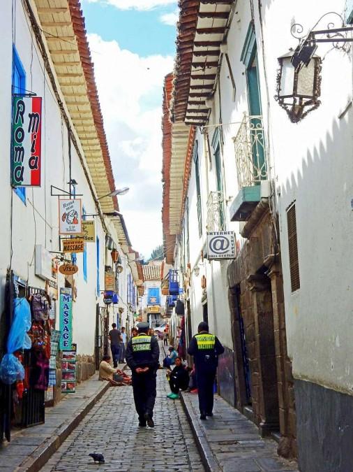Peru | Typische Gasse in der Nähe des Plaza de Armas in Cusco. Blick in eine schmale Gasse mit Restaurants, Unterkünften und Souvenirshops