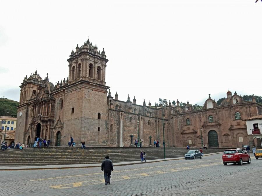Peru | Kathedrale von Cusco am Plaza de Armas. Blick auf die steinige Fassade der etwas höher als der Platz gebauten Kirche