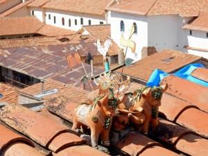 Peru | Glücksbringer, Torito, Pucara, Bullen auf dem Dach in Cuzco. Zwei Bullen aus Ton stehen auf dem Dach eines Hauses und sollen Glück bringen