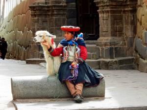 Peru | Typisches Bild in Cusco und Umgebung: Mädchen mit Alpaka