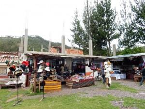 Peru | Heiliges Tal, 1. Stopp der Tour in Corao zum Shoppen von Souvenirs. Blick auf die Marktstände mit Alpaka-Wolle-Textilien und Souvenirs