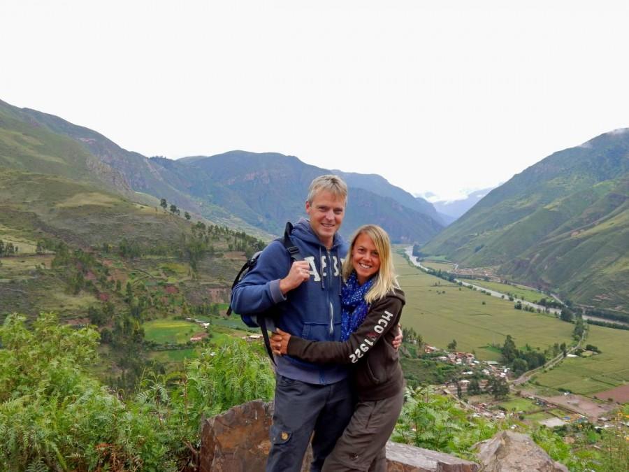 Peru | Heiliges Tal, Mirador Taray Panorama ins Sacred Valley. Ein Foto von uns darf natürlich nicht fehlen. Henning und Karin vor dem Blick in das sattgrüne Tal