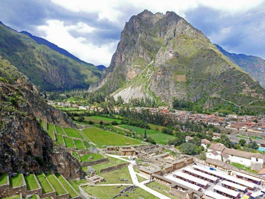 Peru | Heiliges Tal, Ollantaytambo Ruinen, Panorama von oben. Blick auf die Stadt und die umgeben Berge, unten rechts der Souvenir-Markt