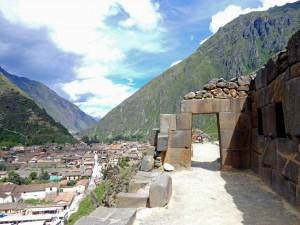 Peru | Heiliges Tal, Ollantaytambo Ruinen, Typische Wege der Inka hoch über den Dächern der Stadt. Blick auf einen Weg mitten im Berg und die zu Füßen liegende Stadt