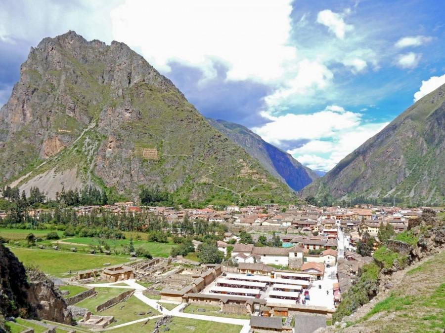 Peru | Heiliges Tal, Ollantaytambo Ruinen, Panorama auf die Stadt und den Markt für Souvenirs unten rechts