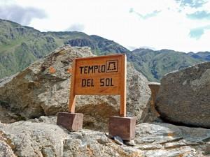 Peru | Heiliges Tal, Ollantaytambo Ruinen, Templo del Sol, der Sonnentempel. Blick auf das Schild zum Sonnentempel ganz oben auf der Inka Ruine