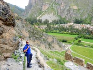 Peru | Heiliges Tal, Ollantaytambo Ruinen, Typischer Trail durch die Inka-Ruine. Henning posiert für ein Foto