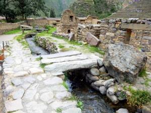 Peru | Heiliges Tal, Ollantaytambo Ruinen, Wasserversorgung der Inka im Sacred Valley. Blick auf einen extra angelegten Flusslauf