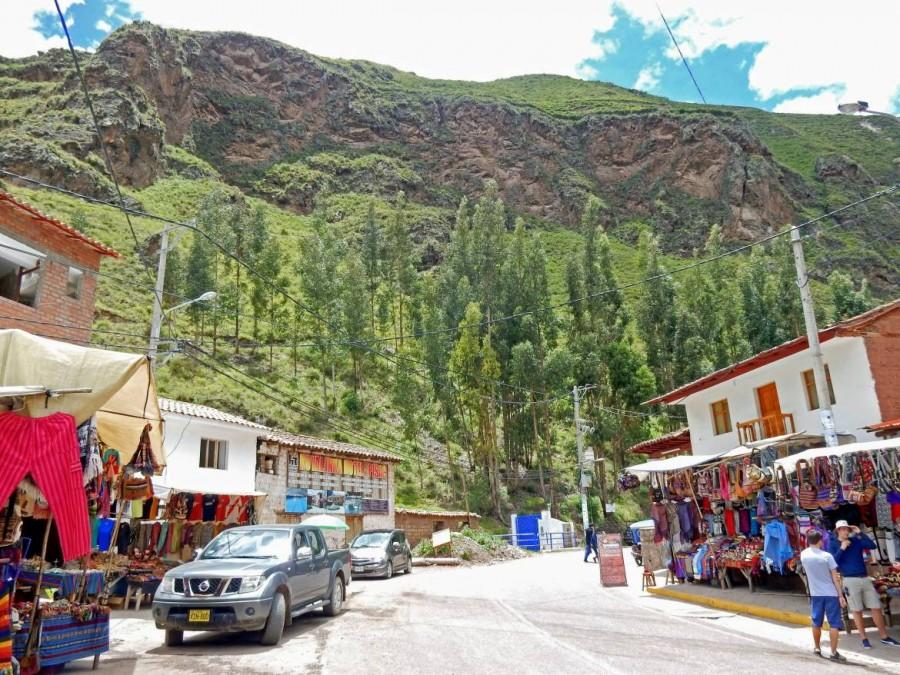 Peru | Heiliges Tal, Pisac. Blick auf die Hauptstraße durchs Dorf mit einigen Souvenir-Shops am Straßenrand
