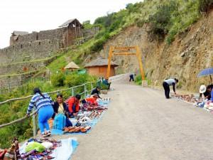 Peru | Heiliges Tal, Eingang zu Ruinen von Pisac. Einige Indigene breiten ihre Souvenirs für Touristen am Wegesrand aus