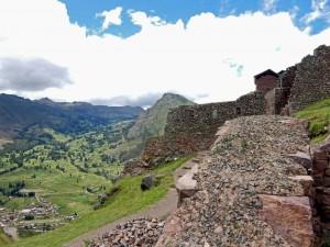 Peru | Heiliges Tal, Mauer eines Wohnhauses in den Ruinen in Pisac. Blick auf eine massive aus Steinmauer inmitten des grünen Tals