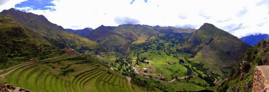 Heiliges Tal | interessante Orte: Panorama des Sacred Valley von den Ruinen in Pisac. Blick in das sattgrüne, märchenhafte, terrassenförmig gebaute Tal in Peru