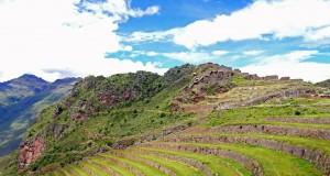 Peru | Heiliges Tal, die Terrassen in den Ruinen von Pisac dienten zur Landwirtschaft . Blick auf terrassen von sattgrünem Gras bewachsen und einige Wohnhäuser ganz oben
