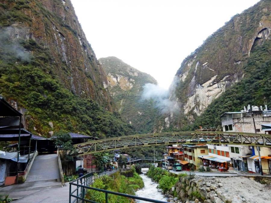 Peru | Machu Picchu, Aguas Calientes. BLick auf den Fluss und den Ortskern mit einigen Shops, Restaurants und Hotels eingebettet von Bergen