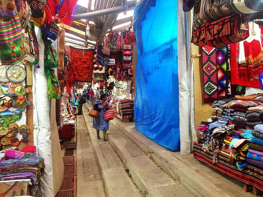 Peru | Machu Picchu, Souvenir-Markt in Aguas Calientes. Blick auf ein paar Stände die Alpaka-Textilien und Kunsthandwerk verkaufen