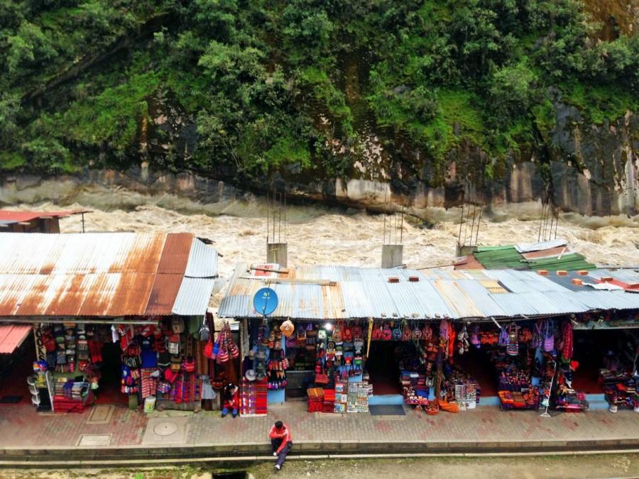 Peru | Machu Picchu, Souvenir-Shops gibt es in Aguas Calientes zahlreich, im Hintergrund der Urubamba Fluss