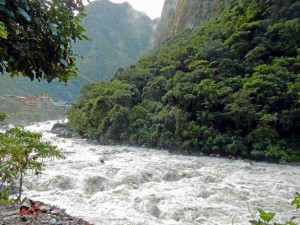 Peru | Machu Picchu, Urubamba Fluss auf dem Weg vom Machu Picchu nach Aguas Calientes. Blick auf den reißenden Fluss umgeben von hohen Bergen