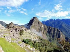Peru | Machu Picchu, Blick auf Huayna Picchu vom Weg Richtung Sonnentor, Intipunku bei Sonnenschein