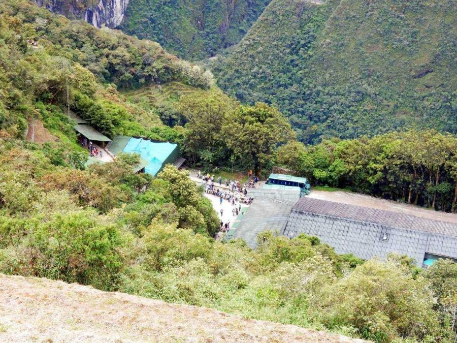 Peru | Machu Picchu, Blick auf den Eingang zur Inka-Ruine und den Shuttle-Bus nach Aguas Calientes von oben