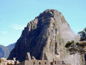Peru | Machu Picchu, Huayna Picchu, auch Wayna Picchu genannt. Einer der beiden hohen Berge inmitten der Inka-Ruine