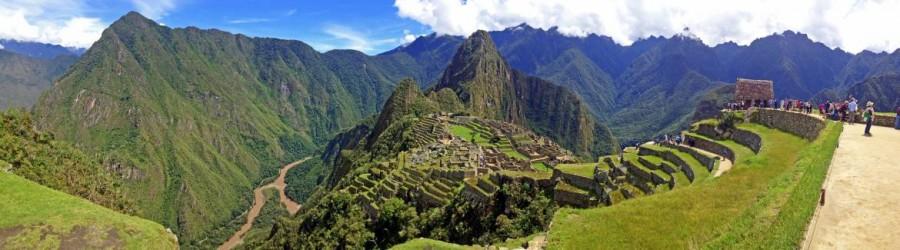 Machu Picchu |interessante Orte: Panorama auf Huayna Picchu, die Inka-Stadt und das Urubamba-Tal mit Urubamba-Fluss