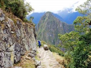 Peru | Machu Picchu, Aufstieg zum Machu Picchu Montana. Henning auf dem Weg umgeben von hohen Bergen
