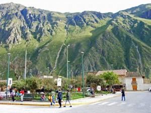 Peru | Ollantaytambo, Calle Principal, der Hauptplatz. Blick auf den Platz beim Warten auf den Zug Richtung Machu Picchu