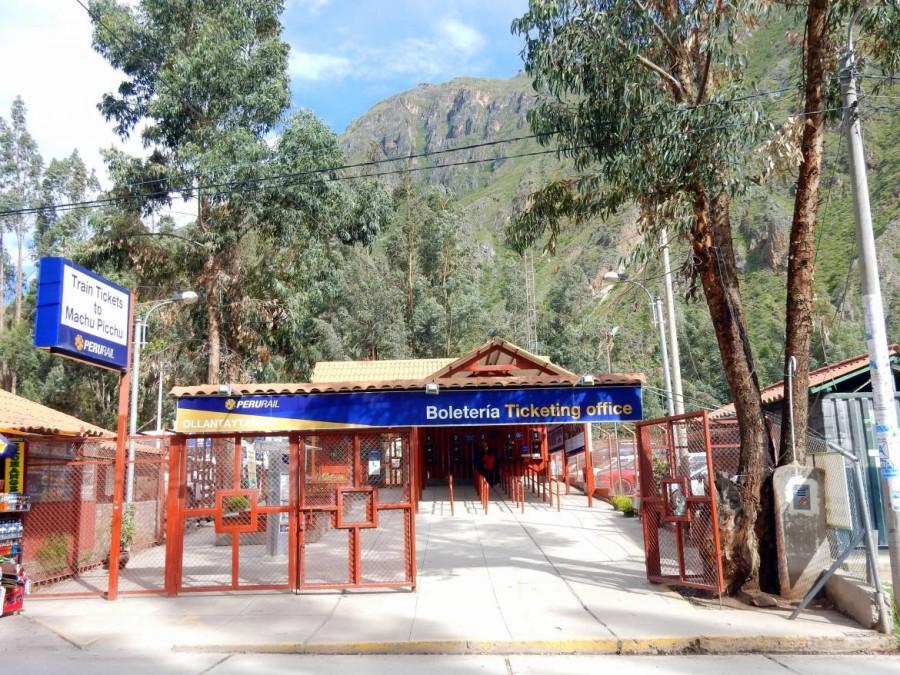 Peru | Bahnhof für Züge von Perurail in Ollantaytambo Richtung Aguas Calientes und Machu Picchu. Blick auf den Eingang der Zug Station