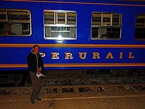 Peru | Machu Picchu, Zug von Perurail bei der Abfahrt in Aguas Calientes. Karin steht vor dem blauen Zug