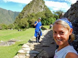 Peru | Machu Picchu, Ja wir sind hier, beim Weltwunder! Selfie von Karin und Henning mit glücklichem Gesichtsausdruck mitten in der Inka-Ruine