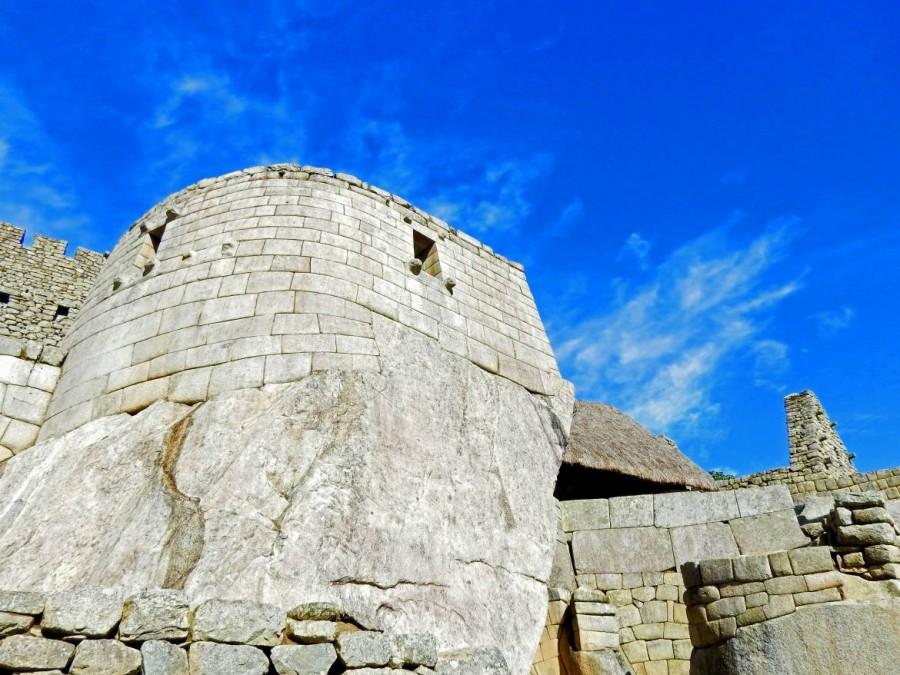 Peru | Machu Picchu, Sonnentempel und Königsgrab. Blick auf den runden Bau aus Steinen in der Inka-Ruine
