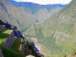 Peru | Machu Picchu, Urubamba Tal und Urubamba Fluss aus Sicht der Inka-Ruine. Blick in das grüne Tal und auf den braunen Fluss