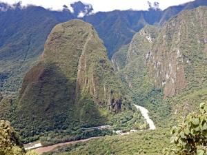 Peru | Machu Picchu, Blick ins Urubamba Tal, Urubamba Fluss und Zug-Station aus Sicht der Inka-Stadt