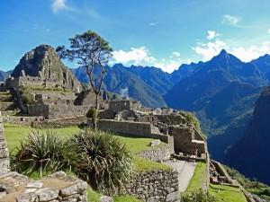 Peru | Machu Picchu, Panorama auf das Viertel der Handwerker in der Inka-Ruinen mit Huayna Picchu im Hintergrund bei Sonnenschein und blauem Himmel