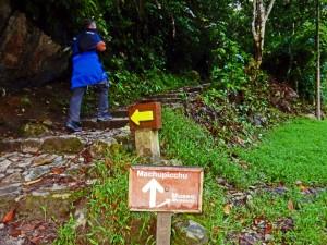 Peru | Machu Picchu, Wegweiser zum Fußweg Muchu Picchu Inka-Ruinen und Museum