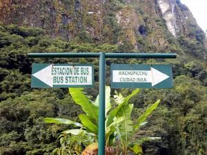 Peru | Machu Picchu, Wegweiser zum Zug-Bahnhof und Machu Picchu Inka-Stadt