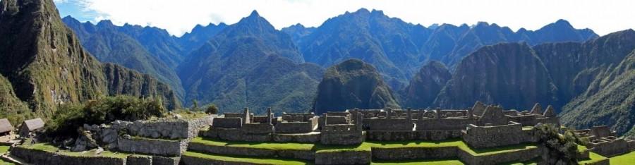 Peru | Machu Picchu, Panorama der Inkastadt mit Blick auf die Wohngebäude der Inka umgeben von sattgrünen Bergen