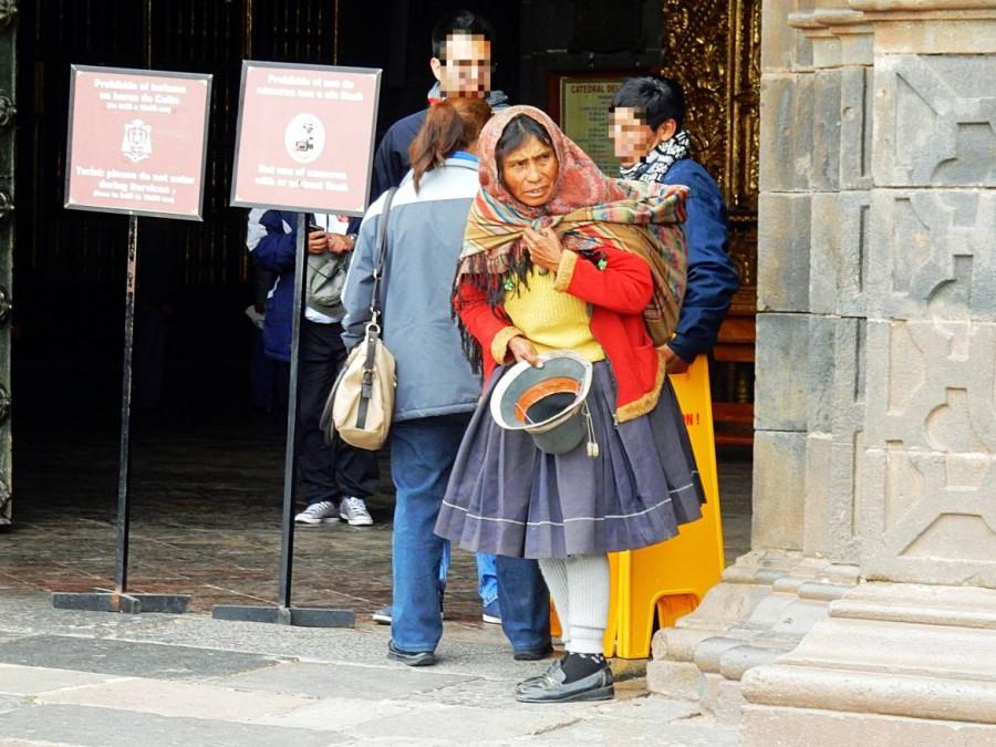 Peru | Typische indigene Peruanerin. Eine Frau in bunten Kleidern mit Kopftuch und Sack auf dem Rücken